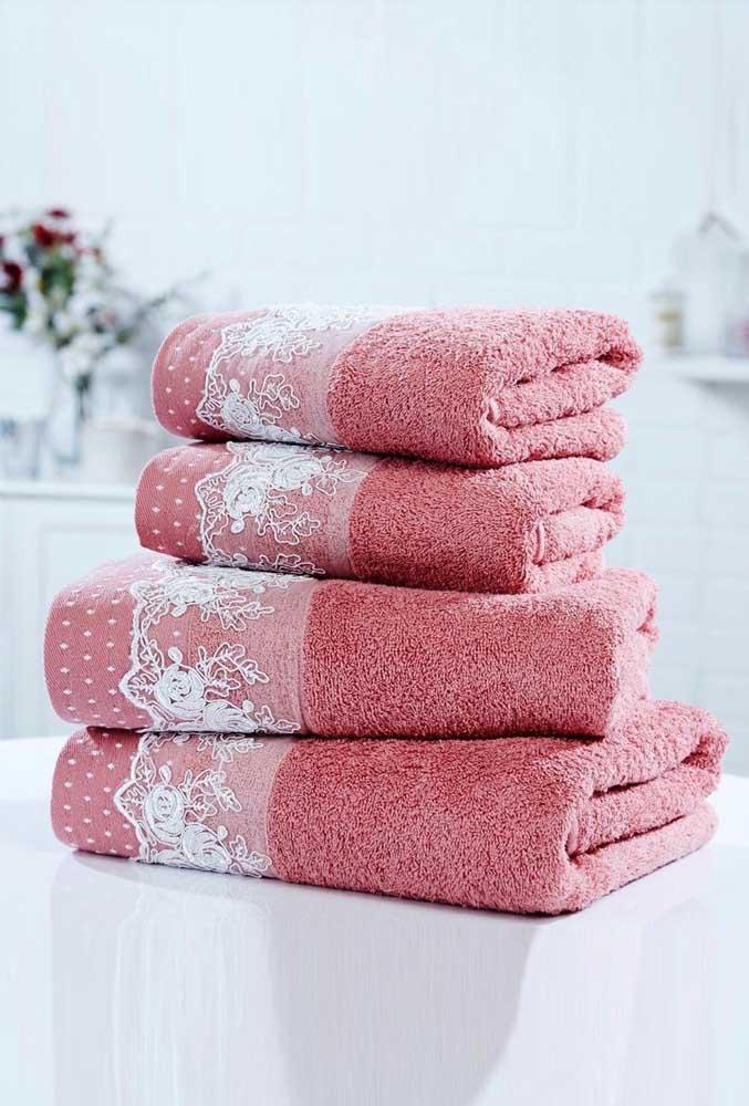 Aquelas toalhas simples de rosto e banho podem se transformar completamente com a aplicação da renda