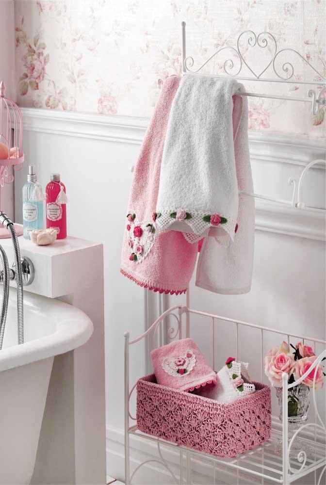 O jogo de banheiro rendado fica ainda mais romântico e delicado com a aplicação de flores