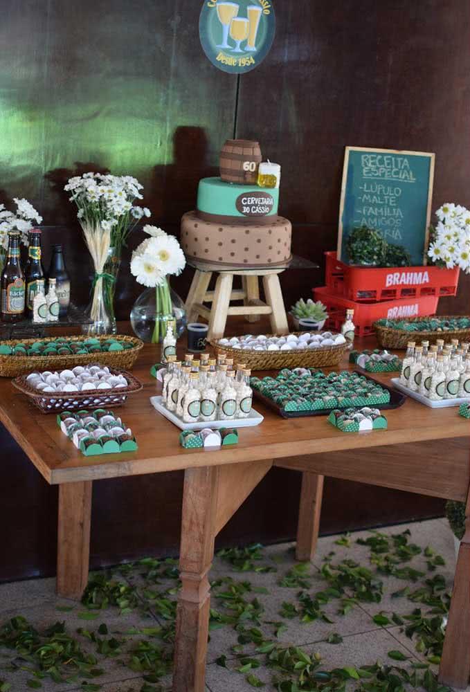 Mesa completa com decoração para festa boteco