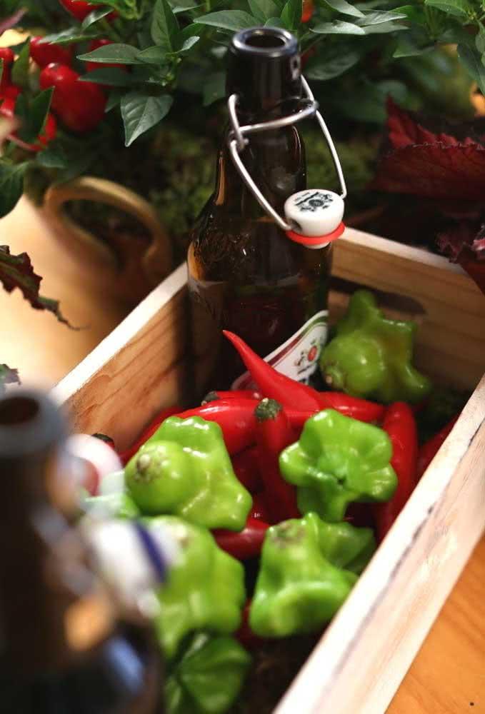 Ideia simples para deixar a decoração bem colorida: caixote de madeira com garrafas de cerveja premium e legumes