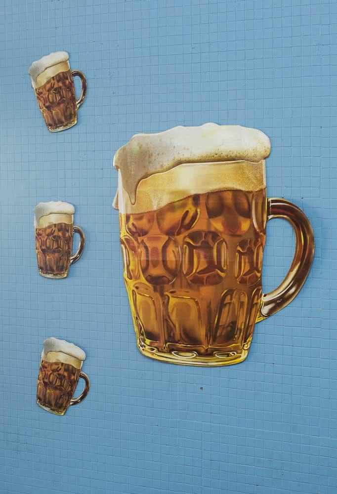 Canecas de cerveja fixadas na parede para a ambientação da festa boteco