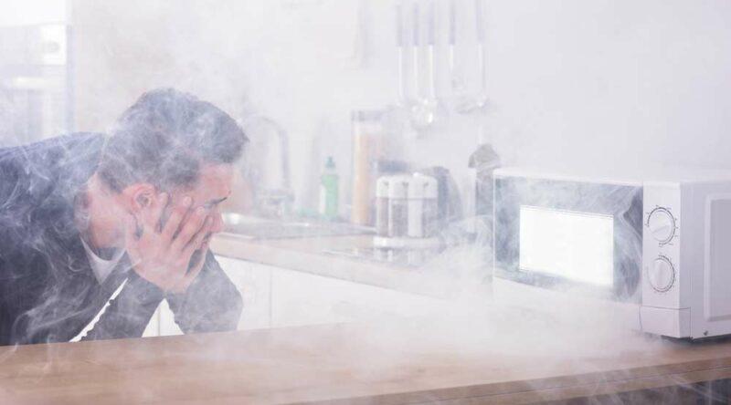 Como tirar cheiro de queimado do microondas: veja receitas e dicas caseiras