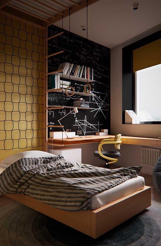 Quarto de solteiro pequeno decorado em tons de amarelo e preto. Para compensar os tons escuros, uma janela bem ampla