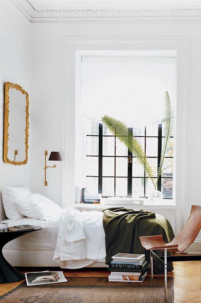 O quarto contemporâneo fica ainda mais bonito com a luz natural que entra pela enorme janela