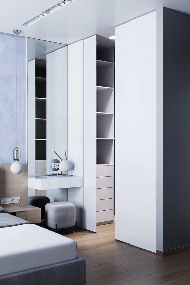 O truque do espelho foi muito bem usado nesse quarto de solteiro pequeno. Repare que ele ocupa toda a faixa da parede