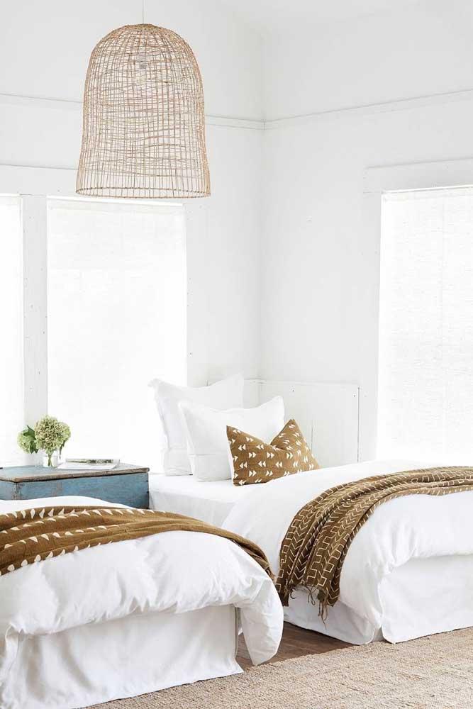 Quarto de solteiro pequeno com duas camas em estilo praiano. Perfeito!