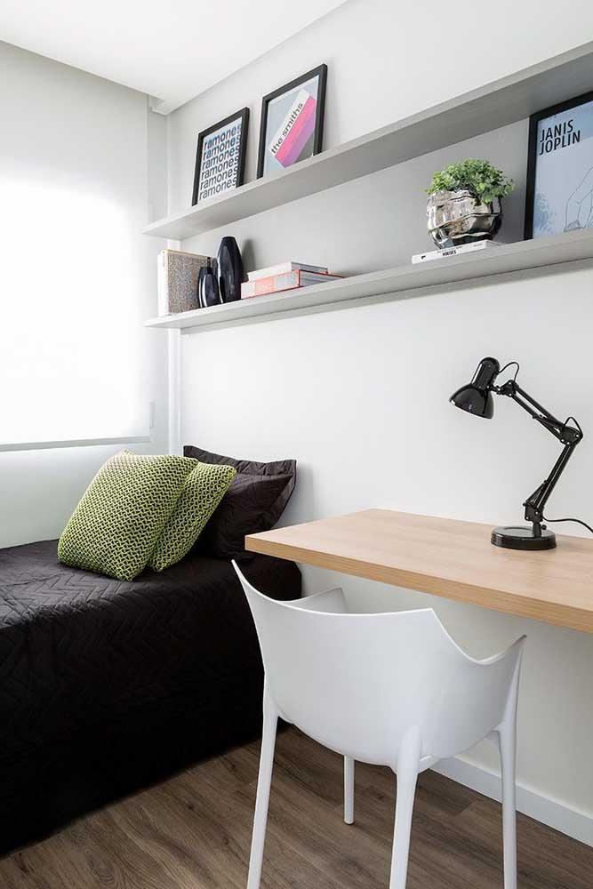 Quarto de solteiro pequeno moderno com prateleiras para acomodar os objetos de decoração