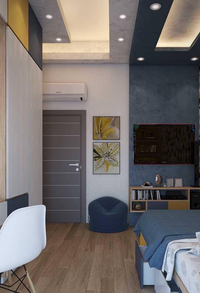 O pé direito alto e a iluminação embutida são os grandes destaques desse quarto de solteiro