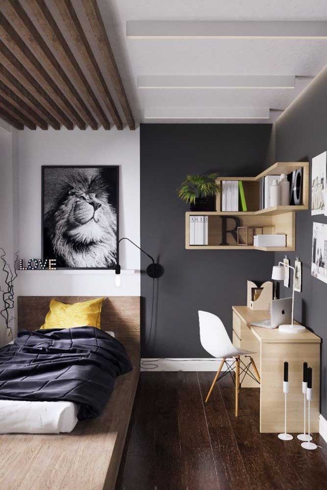 Um quarto de solteiro simples, mas que soube aproveitar como ninguém paredes e teto