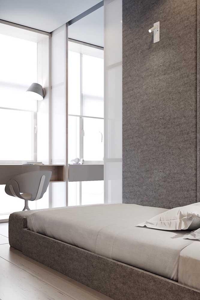 A cama baixa ajuda a deixar o quarto pequeno visualmente maior