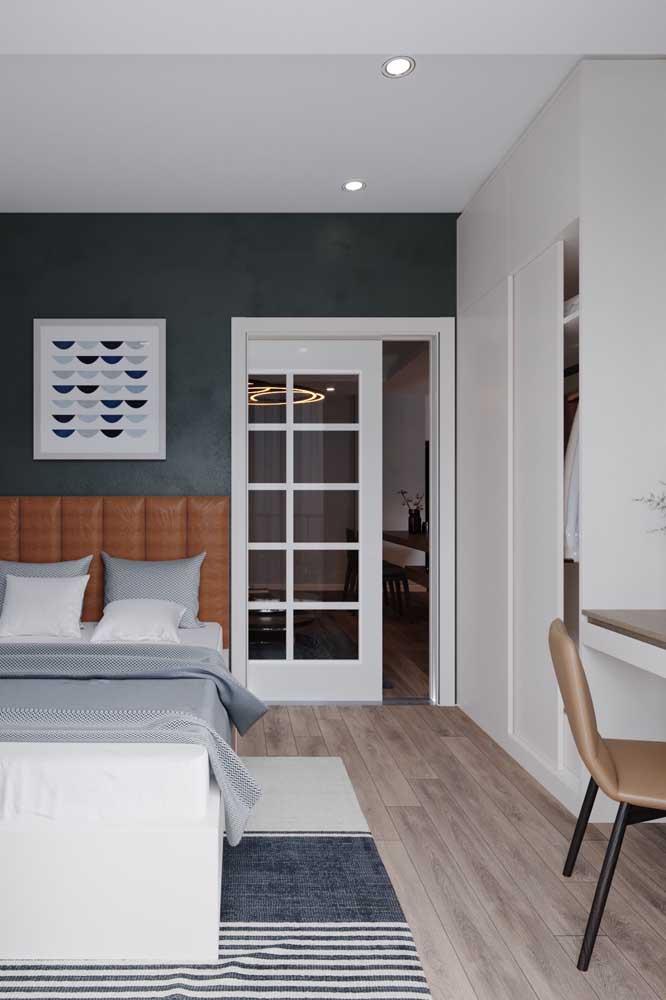 Cores sóbrias e neutras para destacar o estilo clássico desse quarto de solteiro