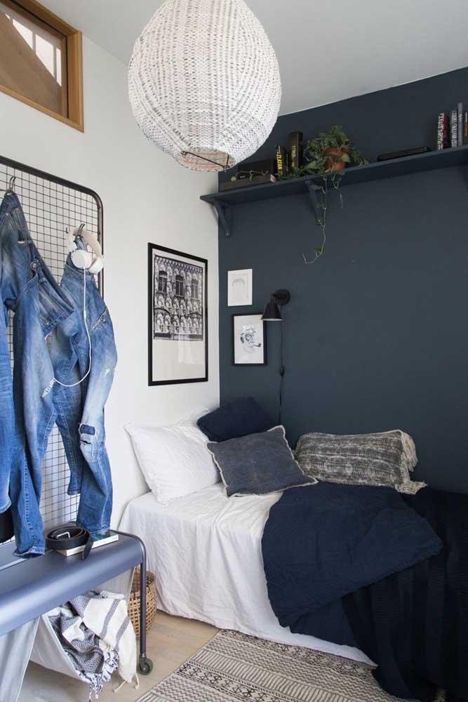 A criatividade também conta pontos na decoração do quarto pequeno. Aqui, por exemplo, a tela aramada virou cabideiro e o banco ganhou suporte para as bugigangas do dia a dia