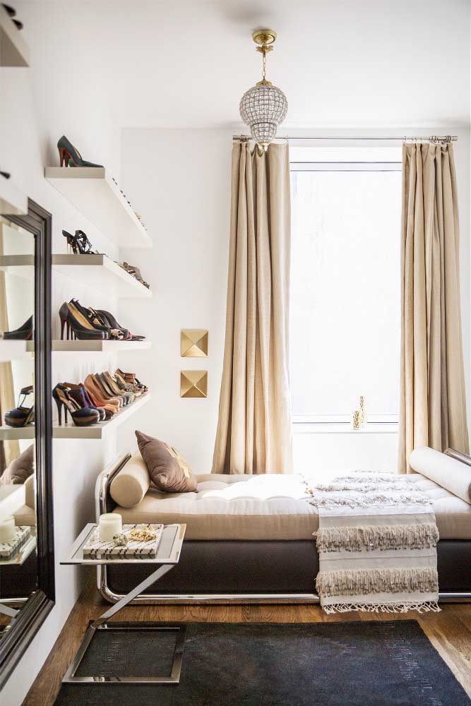 Prateleiras na cabeceira da cama para guardar os sapatos. Decore e organize ao mesmo tempo