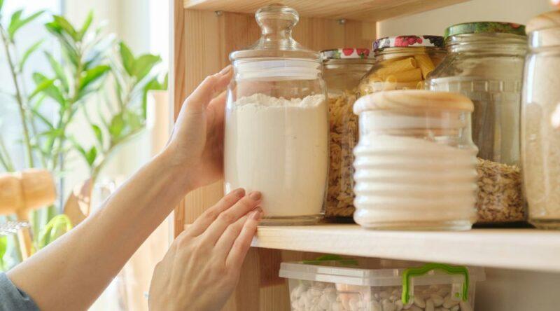 Como organizar armário de cozinha: descubra o passo a passo ideal