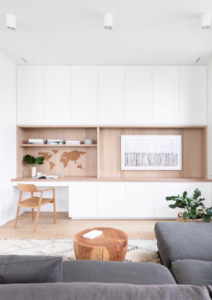 Escritório em casa montado junto com a estante da sala de estar. Qualquer espaço pode receber o home office