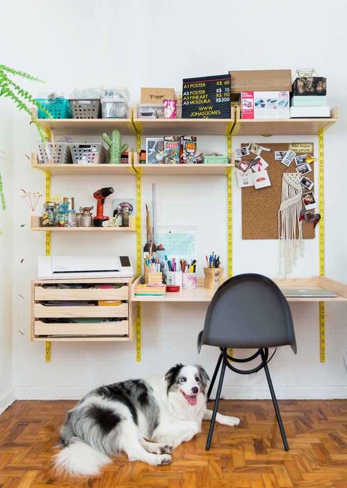 Prateleiras e caixas para manter o escritório em casa sempre organizado. Os móveis suspensos também ajudam a liberar espaço no chão
