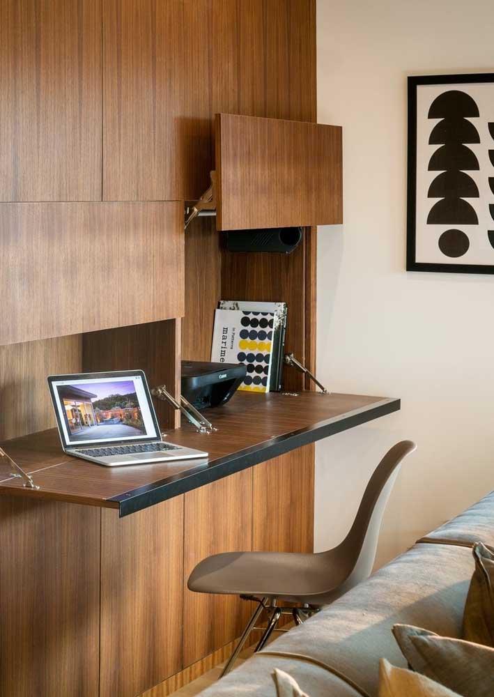 Escritório na sala de estar. Repare que o móvel retrátil permite que o home office seja montado e desmontado quando quiser