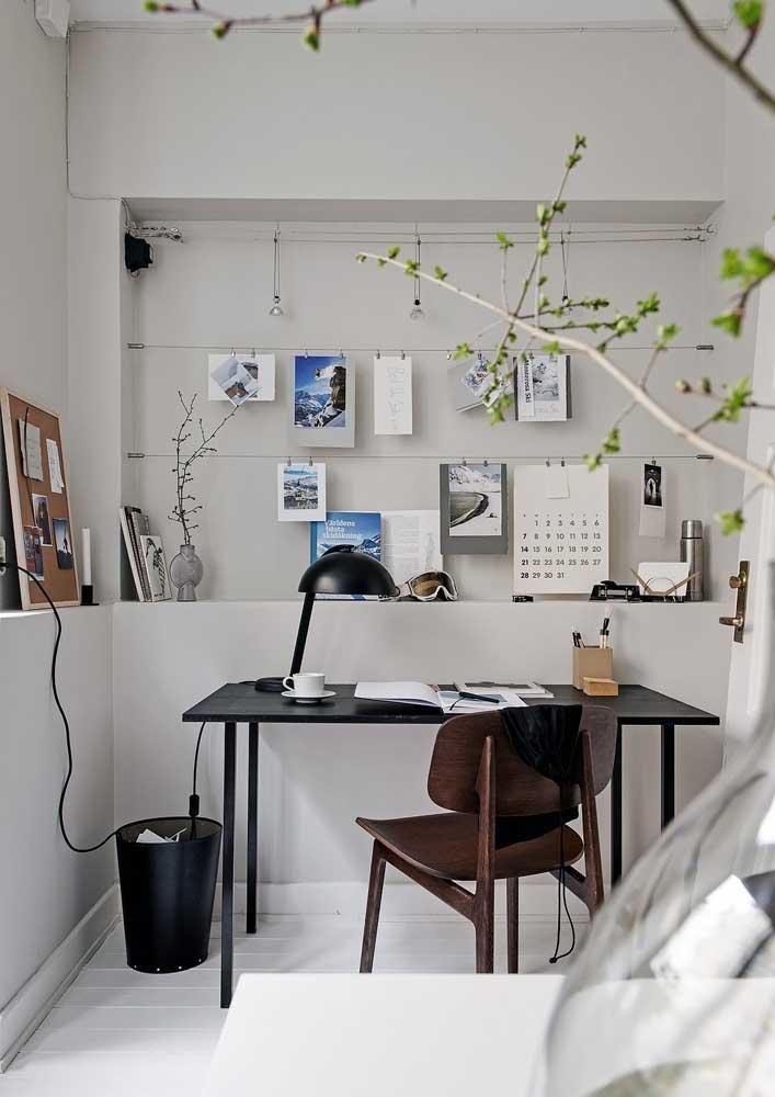 Uma mesa e uma cadeira simples resolveram esse pequeno escritório em casa. Destaque para o varal que permite pendurar papeis e anotações importantes