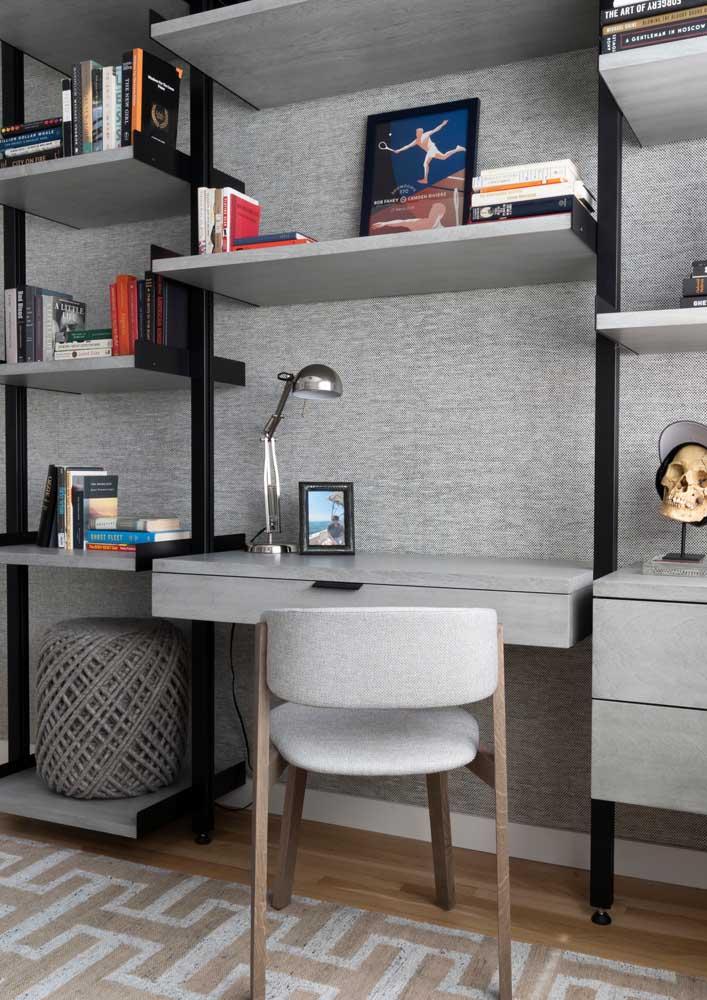 Escritório em casa adaptado na estante da sala de estar