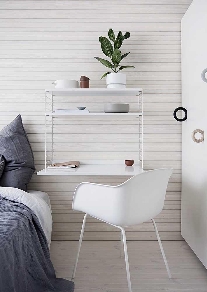 Mini escritório em casa montado ao lado da cama