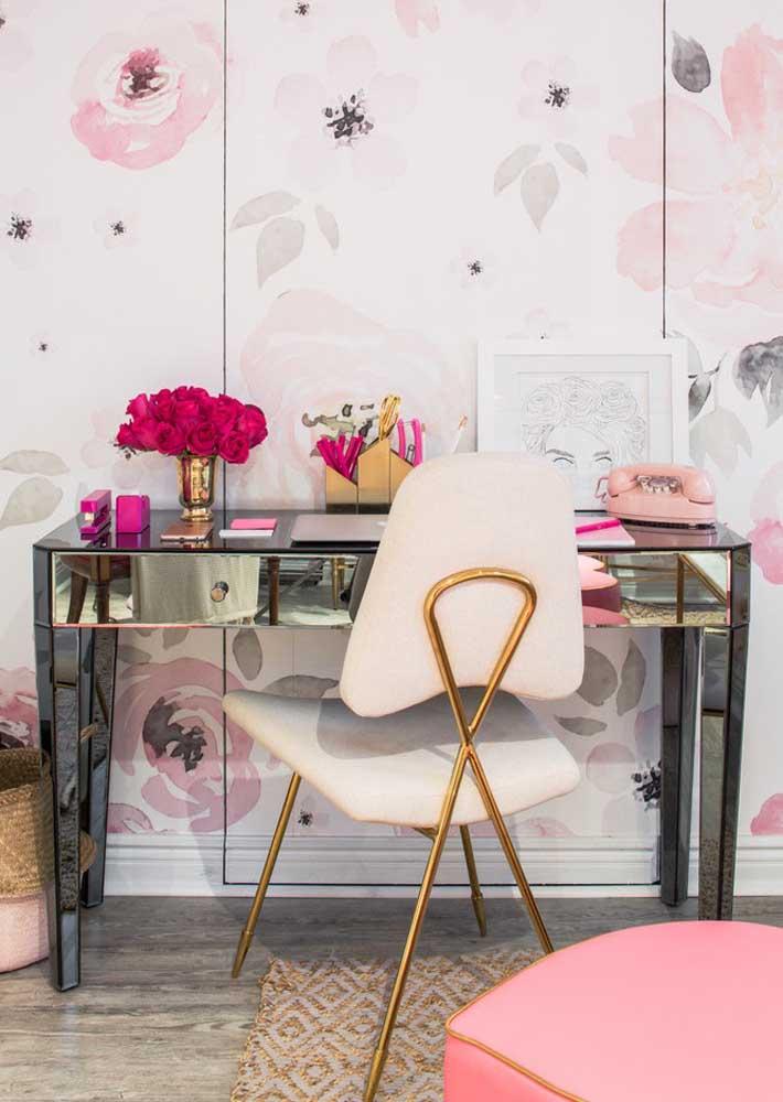 Escritório em casa super feminino. Destaque para a mesa de vidro que amplia e ilumina o ambiente