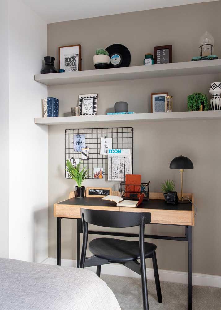 Escritório no quarto. A tela aramada garante um charme para a decoração e ajuda a organizar as tarefas do dia
