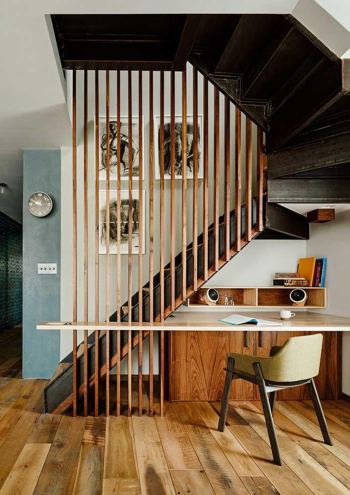 Aproveite o espaço vazio embaixo da escada e faça o seu escritório