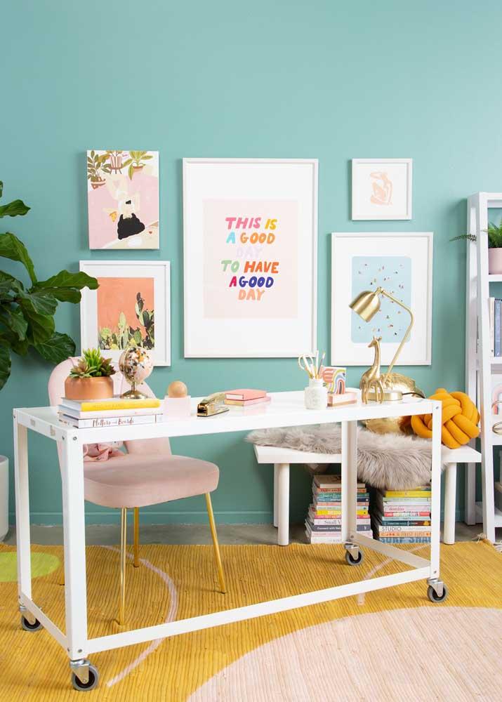 A mesa com rodinhas permite que você desloque o escritório para outros locais da casa