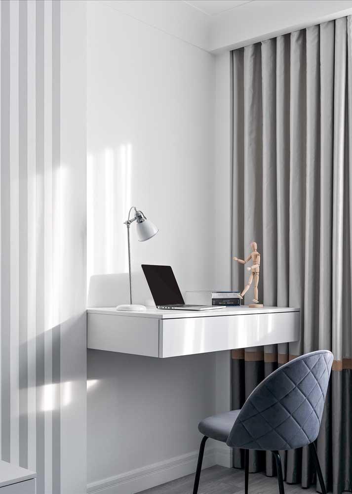 A escrivaninha suspensa é prática e ainda ajuda a economizar espaço no quarto