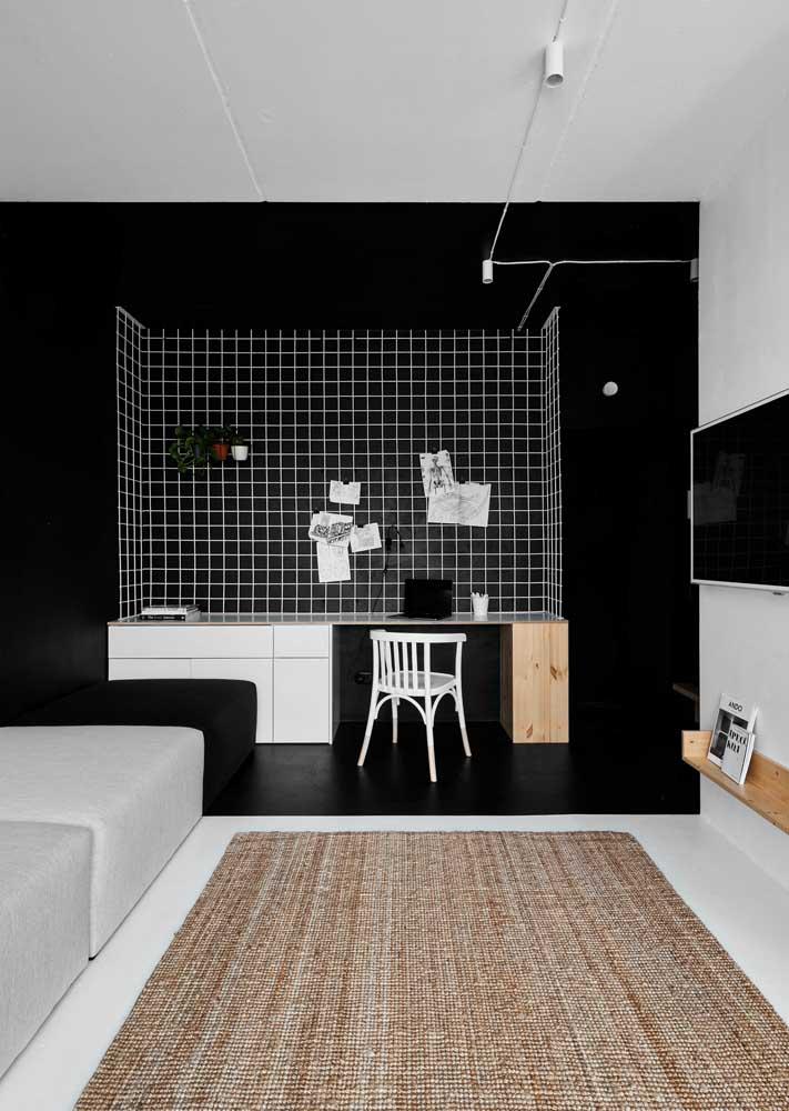 A pintura preta setorizou o espaço destinado para o escritório dentro da sala de estar