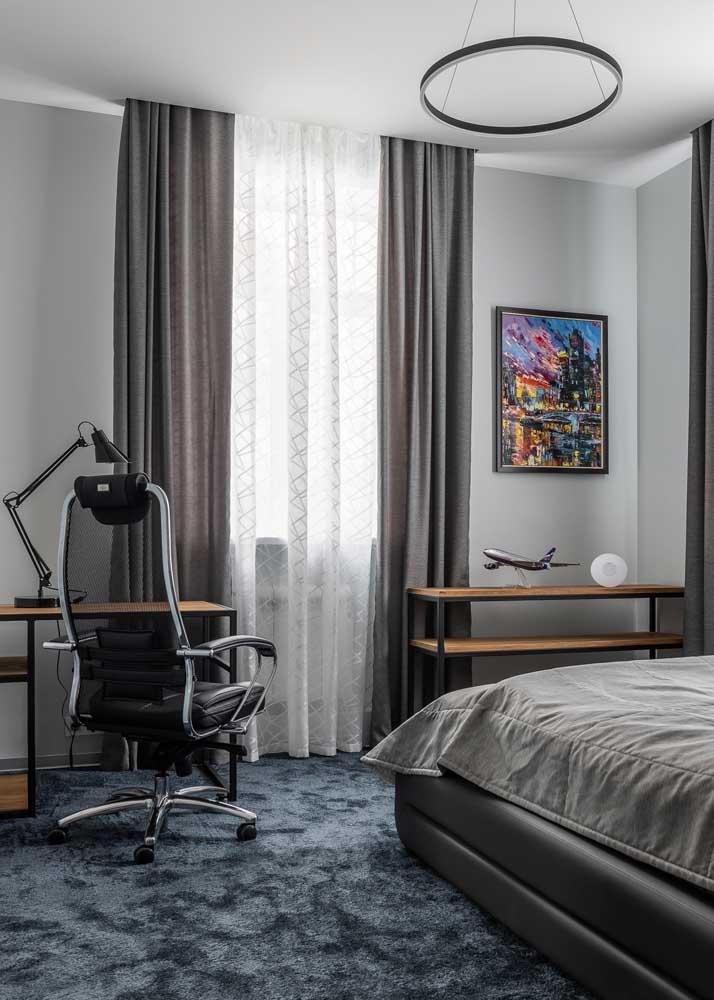 Escritório no quarto. Destaque para a cadeira super confortável que acompanha a mesinha simples