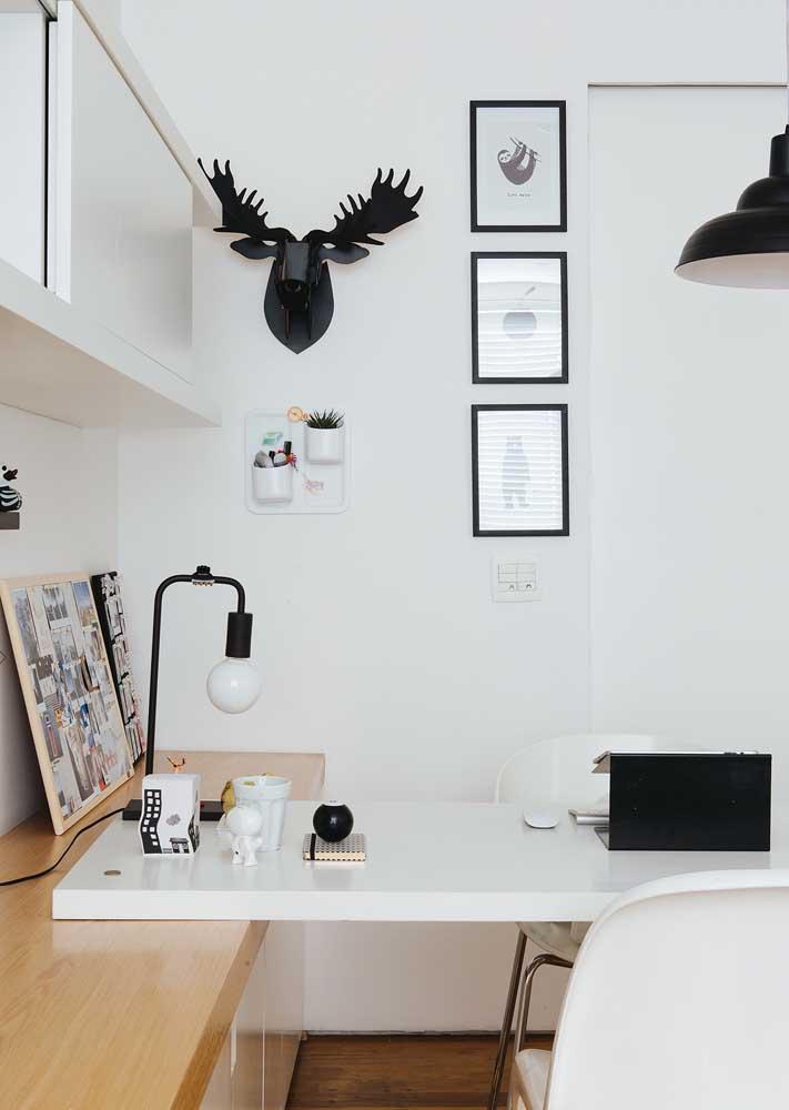 Escritório em casa pequeno, moderno e em tons neutros