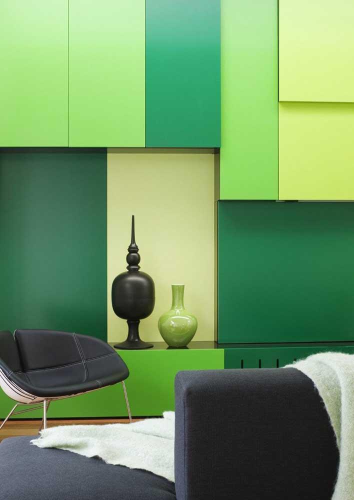 Tom sobre tom: nessa sala as diferentes tonalidades de verde trazem modernidade e despojamento à decoração