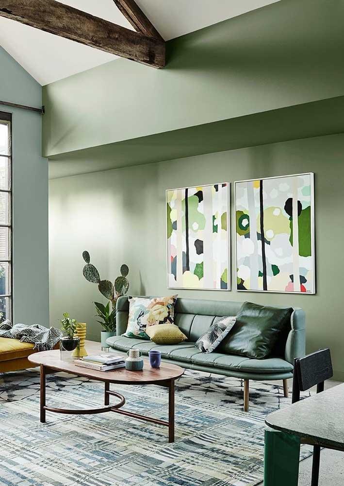 Sala verde em diferentes tonalidades combinada ao tom natural da madeira. Rústica e natural