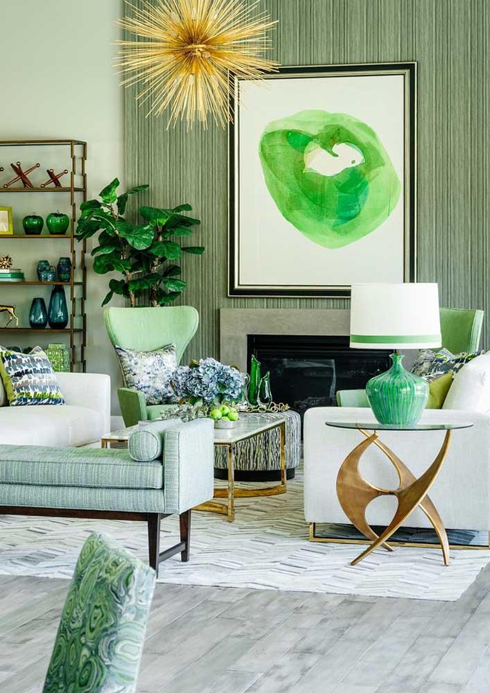 Verde para todos os lados. As diferentes tonalidades se harmonizam muito bem com o tom neutro de base da decoração