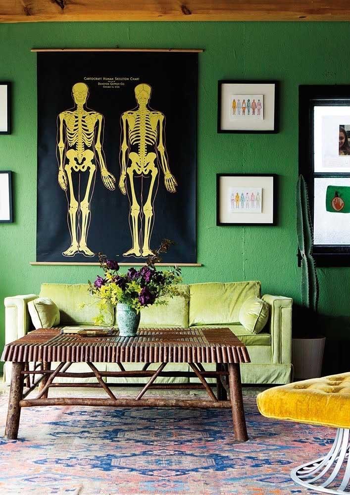 Combinação clássica e que sempre dá certo: parede verde com sofá verde em tom sobre tom