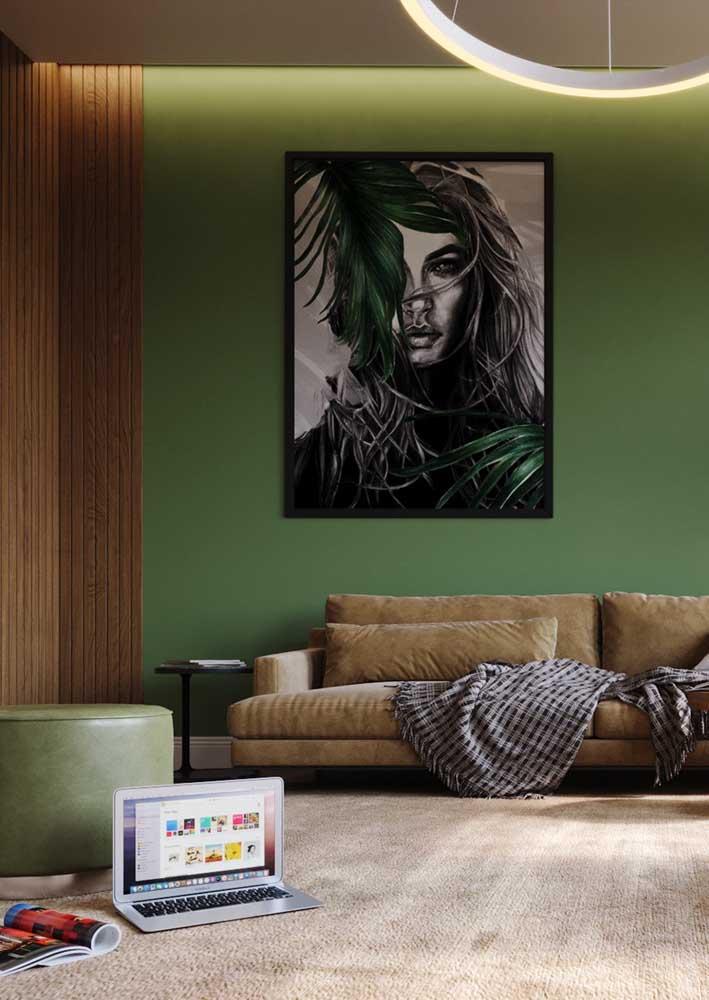 Sala verde e marrom. Destaque para a iluminação no teto que traz um clima aconchegante para o ambiente