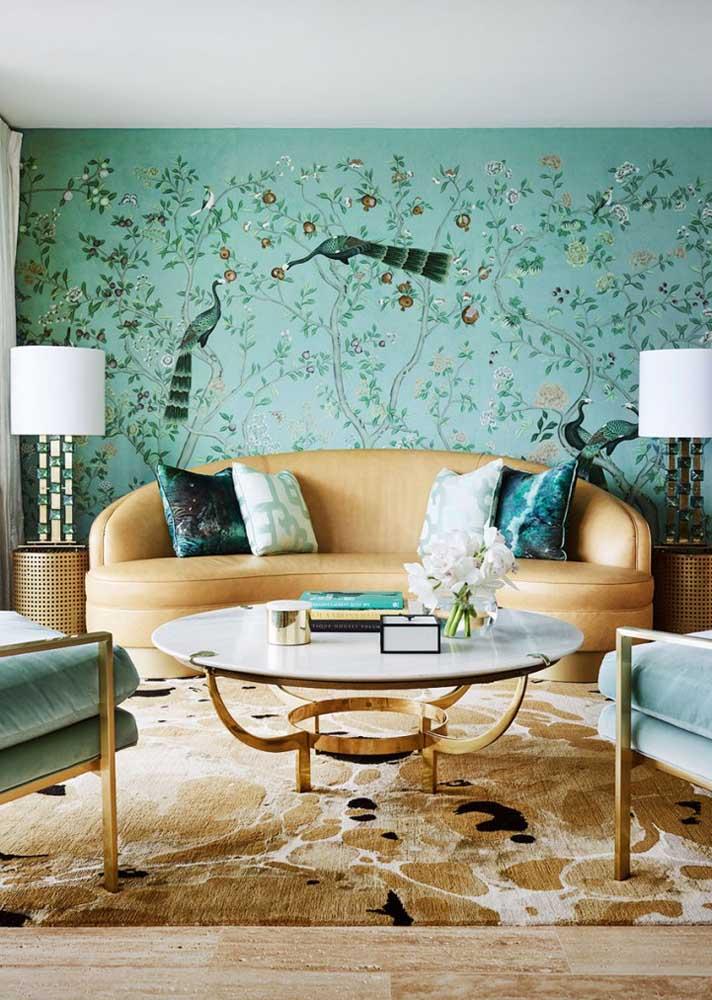 Quanto charme e beleza nessa sala com parede pintada à mão! A mobília caramelo completa a decoração como um abraço apertado