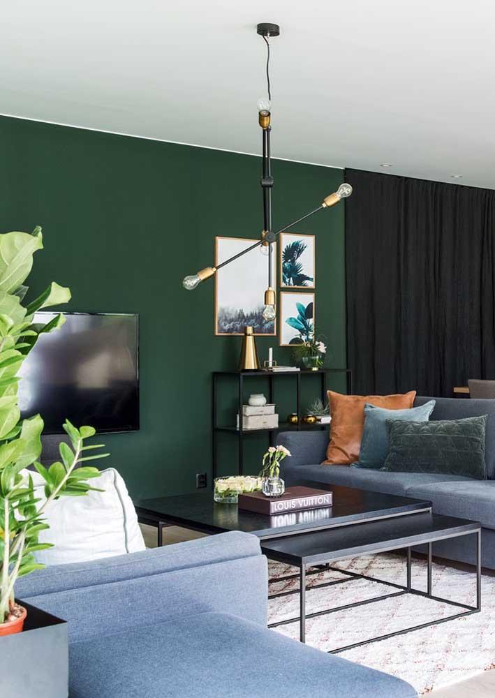 Sala verde com detalhes em preto. Combinação sutil e elegante.