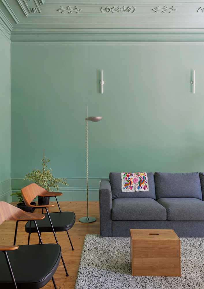 Sala com parede verde e sofá cinza: decoração clássica e aconchegante