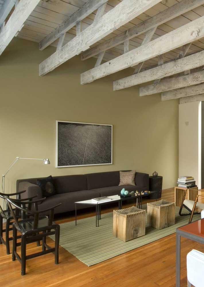 Já essa outra sala verde ganhou um toque de rusticidade com a madeira rústica aparente