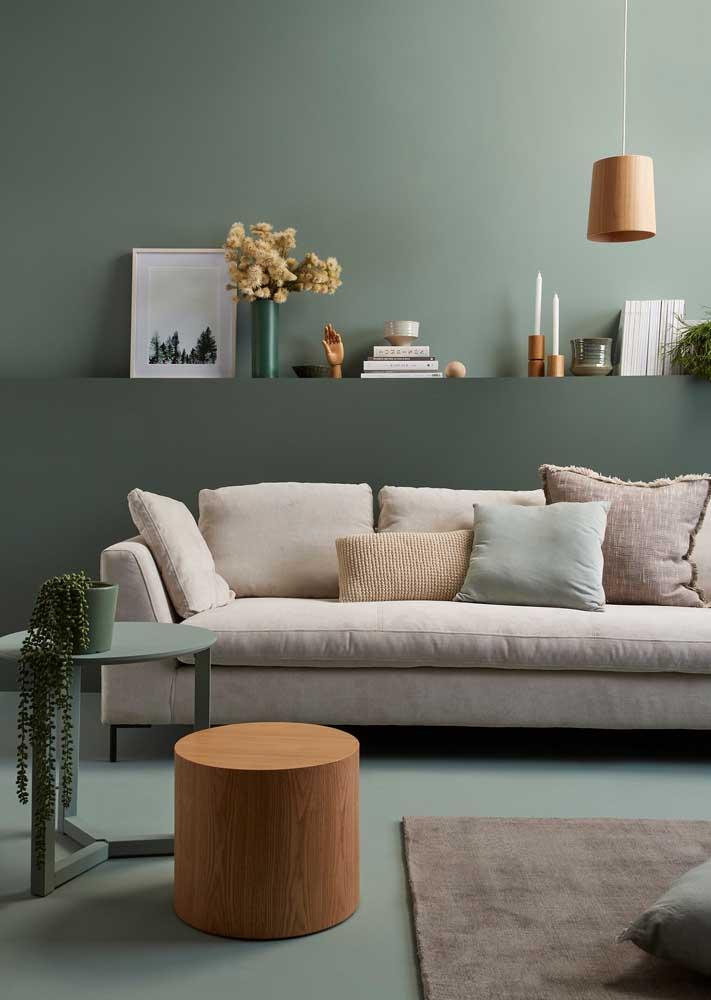 Um único tom de verde para colorir as paredes, o piso e a mobília
