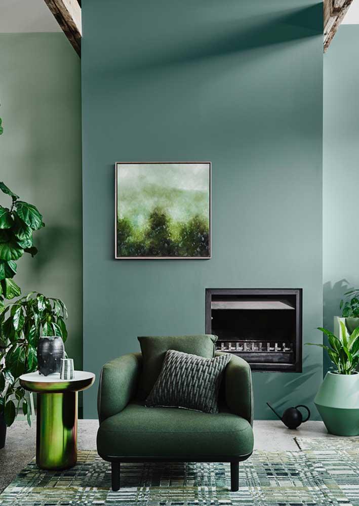 Verde nas plantas, na mobília e nas paredes