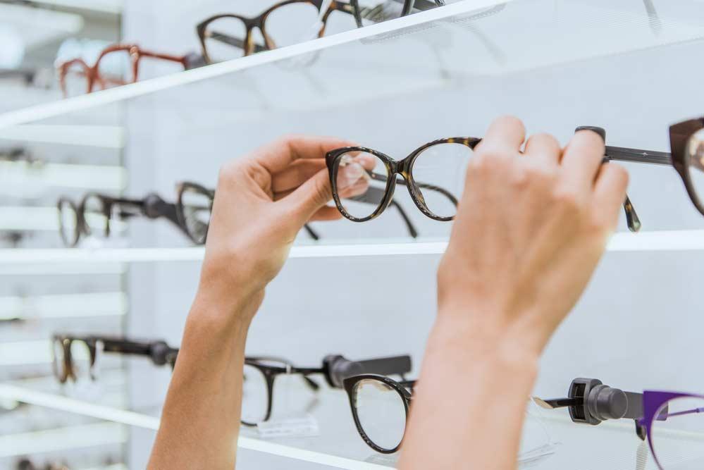 Como tirar arranhões de óculos: veja como remover passo a passo