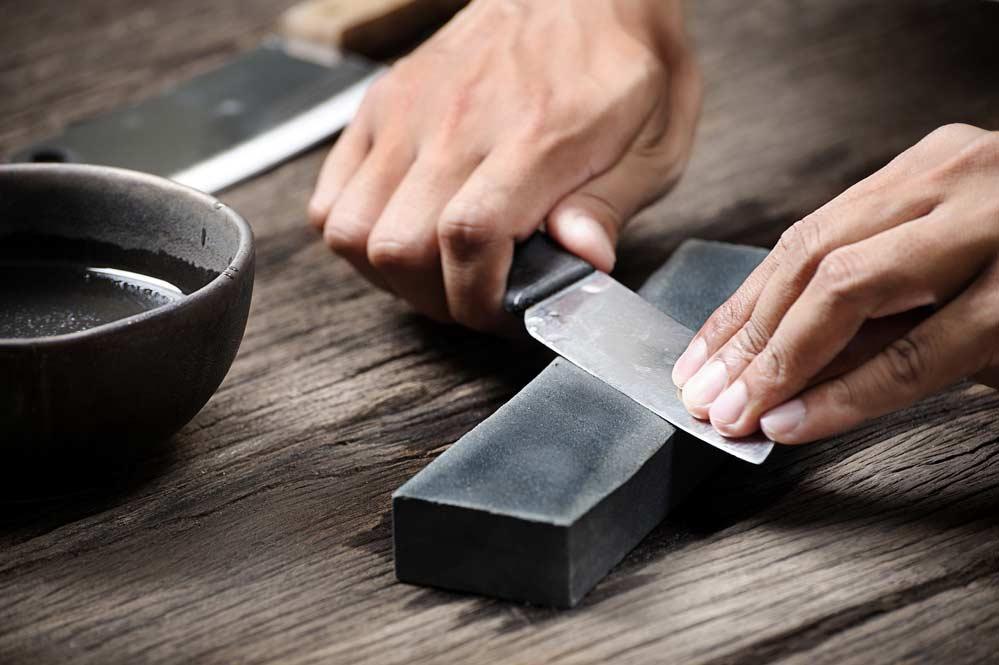 Como afiar facas: confira 3 técnicas caseiras para você seguir