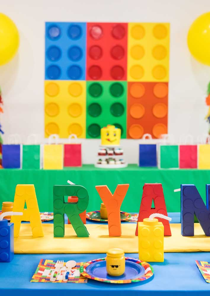 """Decoração festa Lego com destaque para as cores fortes e alegres. Repare no nome do aniversariante escrito com """"peças"""" Lego personalizadas"""