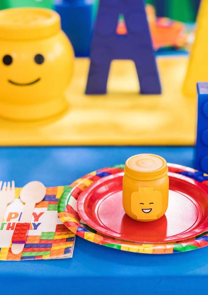 Já aqui é possível ver o detalhe da mesa posta para Festa Lego. Talheres, copo e pratos seguem a mesma paleta de cores da decoração principal