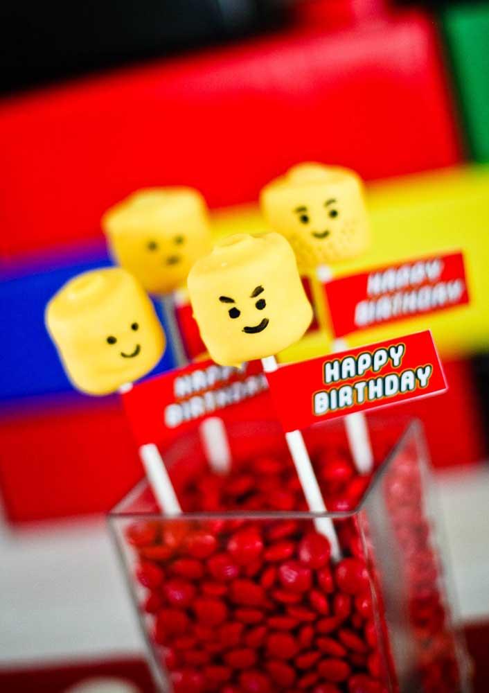 Sugestão de centro de mesa para Festa Lego: potes de vidro com confetes de chocolate decorados com totens de minifigures