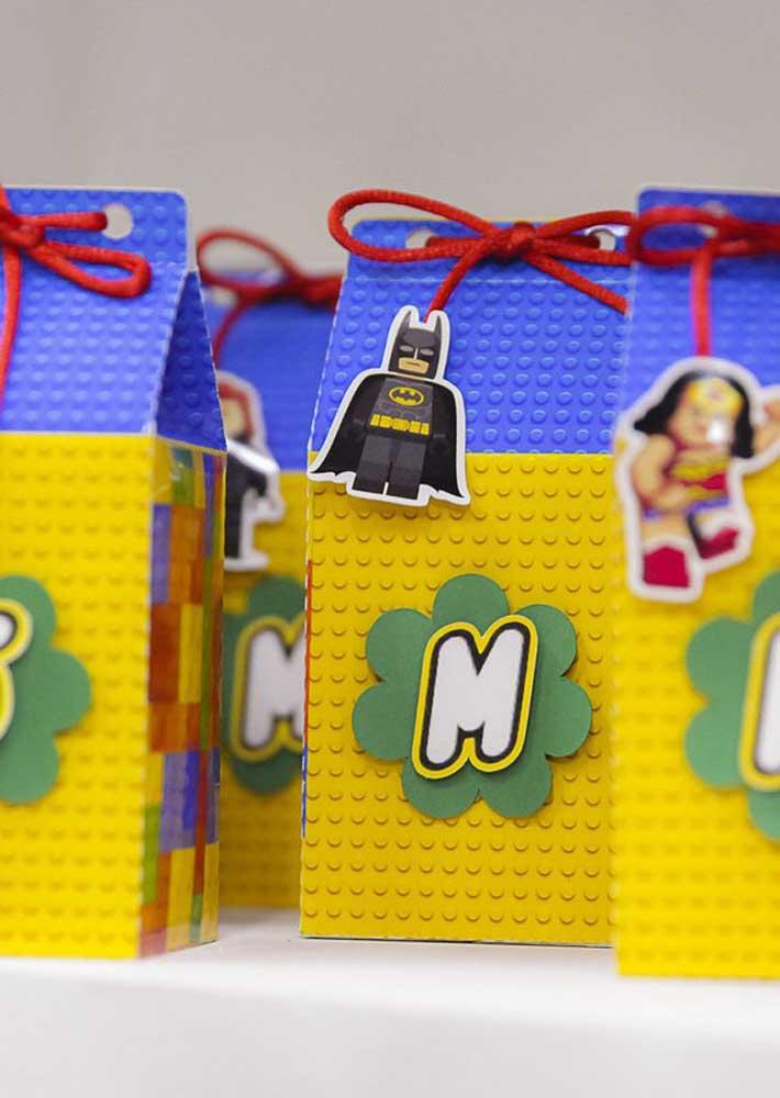 Ideia de lembrancinha para Festa Lego: sacolinhas surpresa decoradas com personagens da Liga da Justiça que aqui, é claro, estão na versão Lego