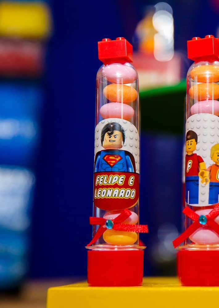 Tubetes como lembrancinha da Festa Lego: simples e fácil de fazer